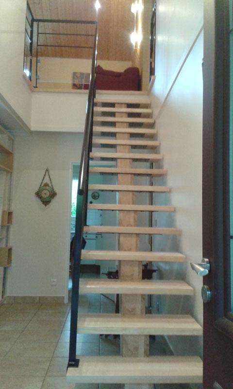 Bibliotheque Et Escalier Assortis Realises En Frene Massif Et Laque